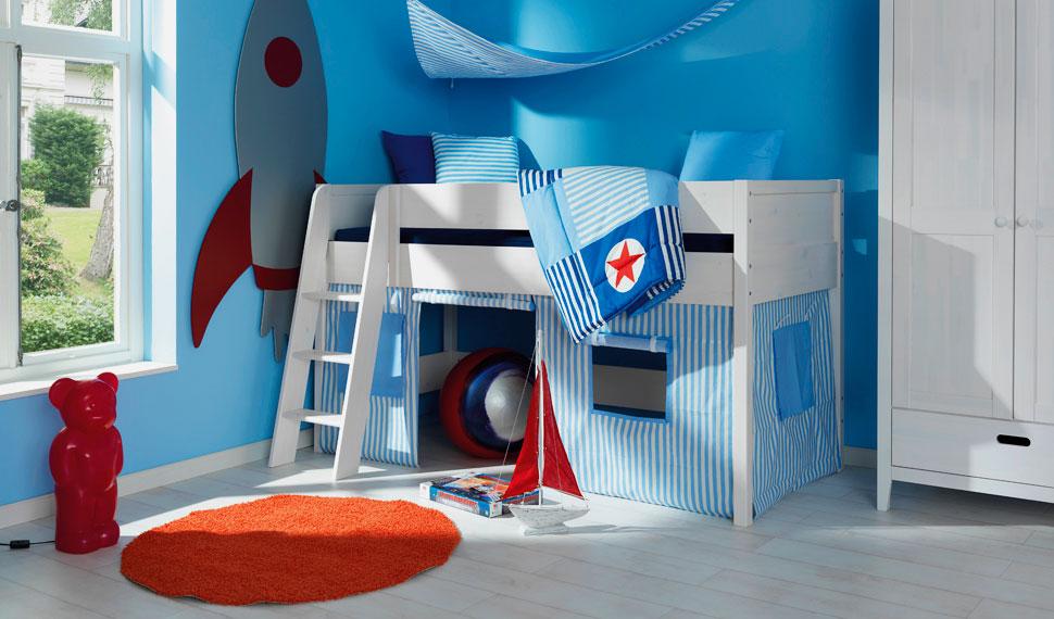 Низкая детская кровать-чердак для мальчиков со свободно организуемой игровой зоной внизу