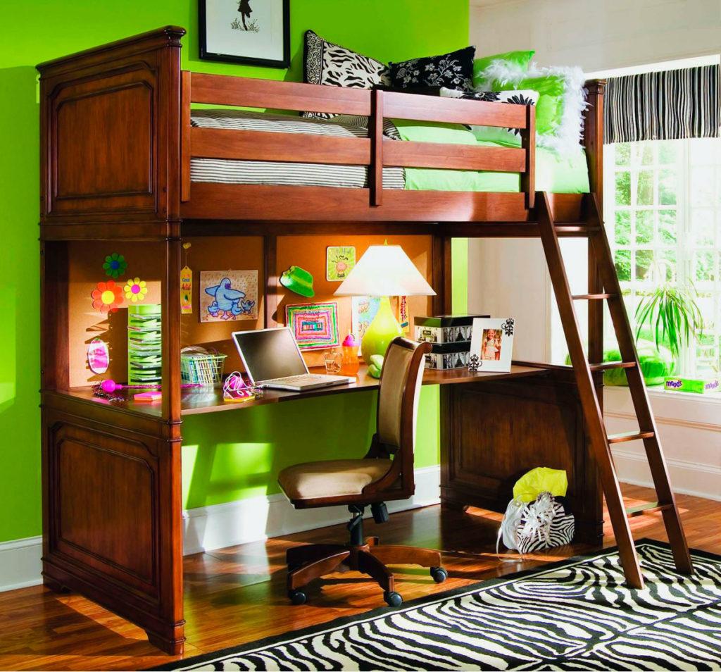 Деревянная кровать-чердак для мальчика подростка со встроенным столом под короватью