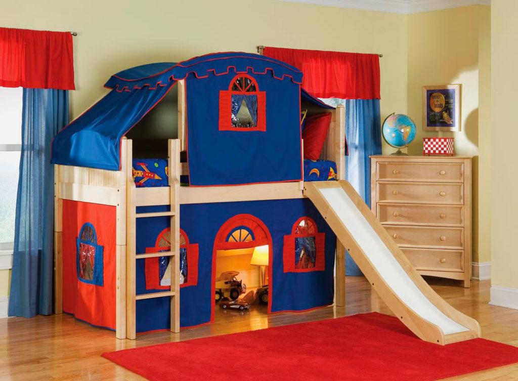 Детская кровать-чердак для мальчика в виде замка с горкой