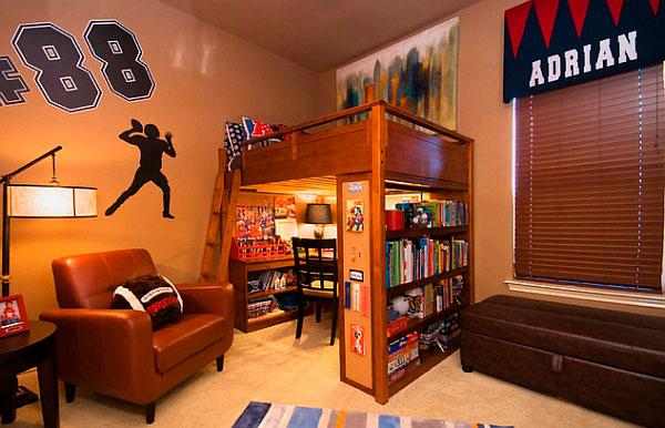 Деревянная кровать-чердак в интерьере комнаты мальчика подростка