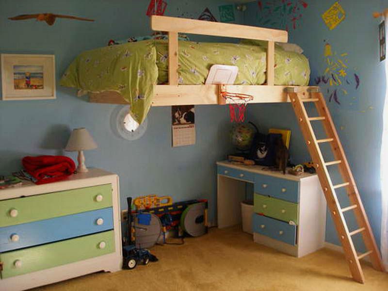 Встроенная подвесная кровать-чердак с высокими деревянными бортиками и наклонной лестницей