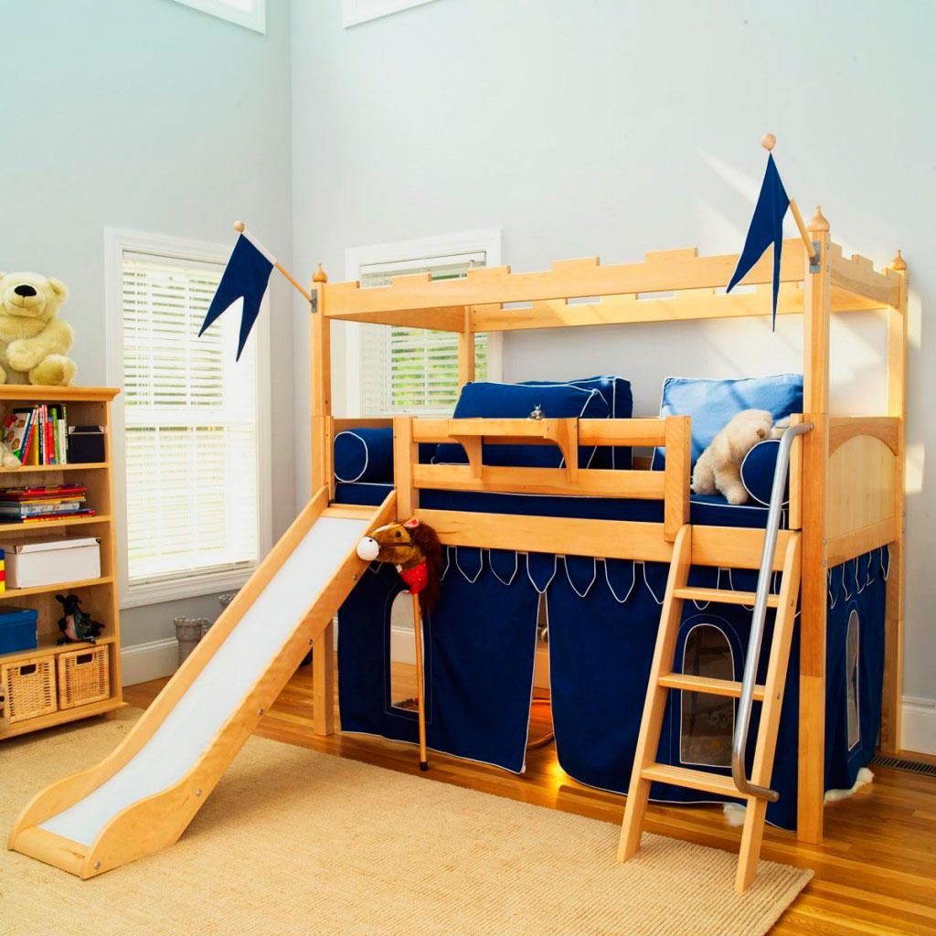 Детская кровать-чердак в виде крепости с игровой зоной внизу и горкой