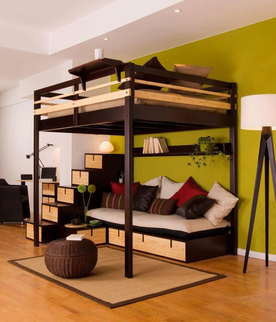 Высокая двуспальная кровать-чердак для взрослых с диваном