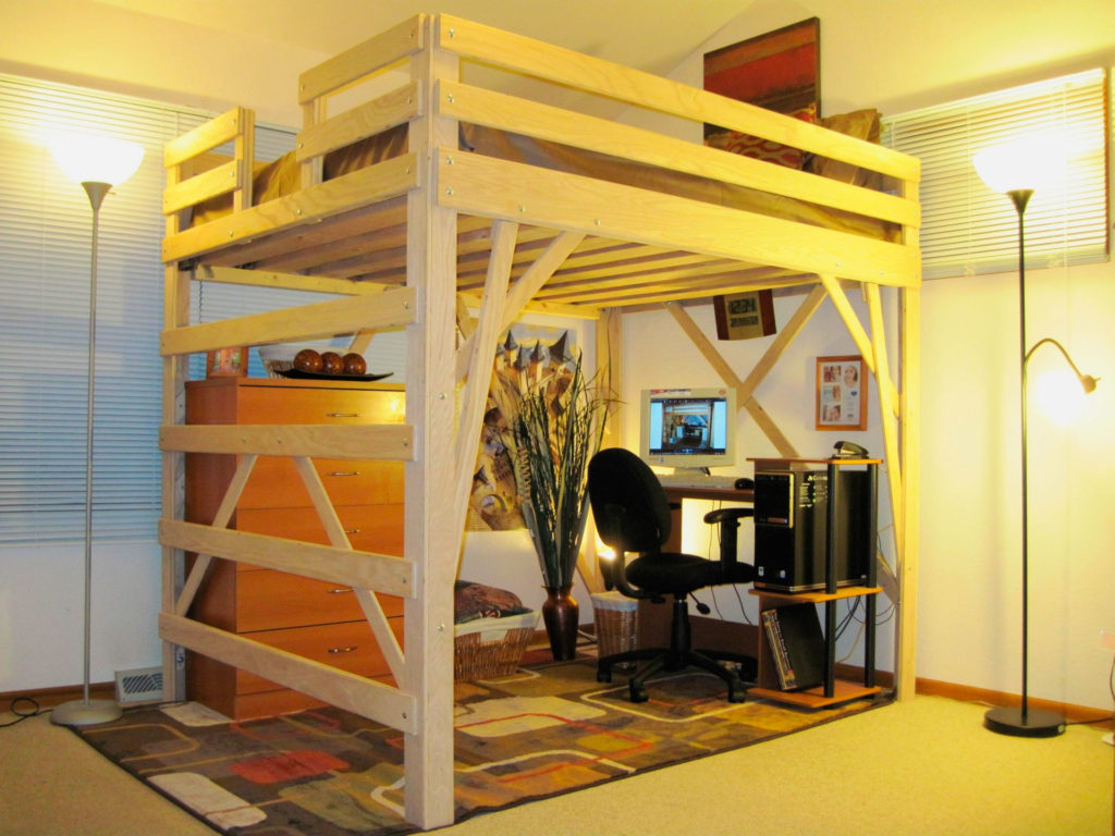 Деревянная двуспальная кровать-чердак