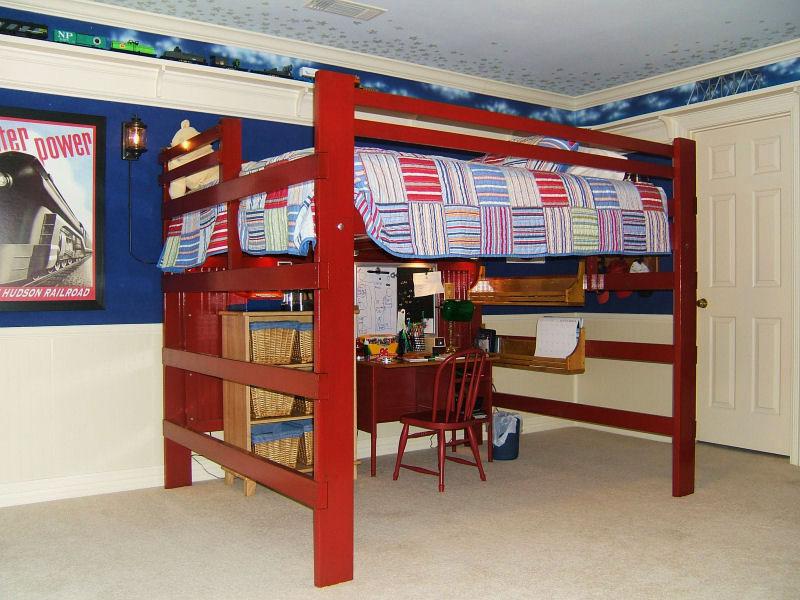 Двуспальная кровать-чердак в классическом исполнении со свободно-организуемым пространством внизу