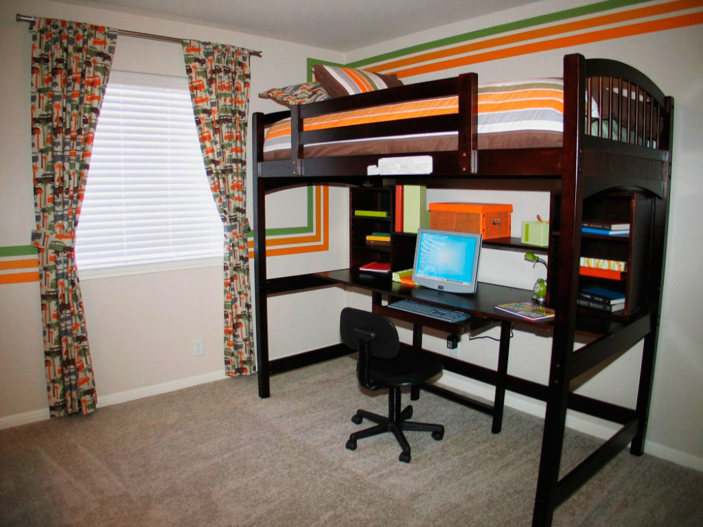 Деревянная взрослая кровать-чердак с компьютерным столом внизу