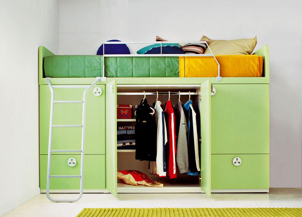Кровать-чердак с открытым шкафом для одежды внизу
