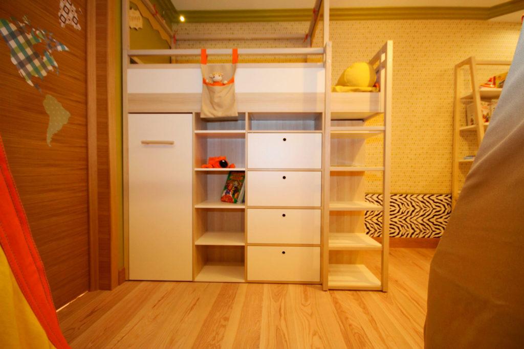 Встроенная кровать-чердак для детей со одностворчатым шкафом и выдвижными ящиками