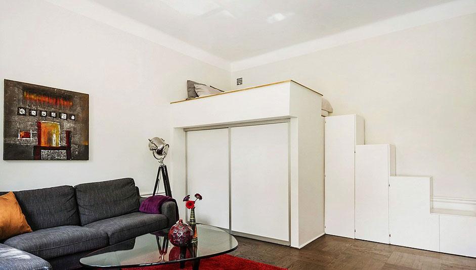 Встроенная кровать-чердак со шкафом купе внизу