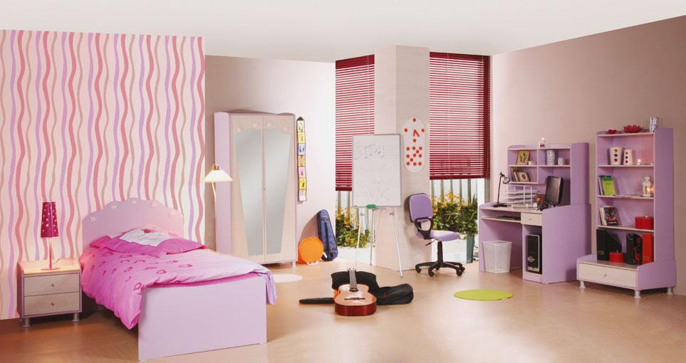 Интерьер комнаты девушки-подростка с классической кроватью