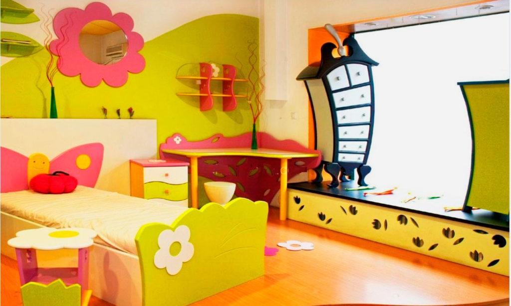 Кровать для девочки классического типа с фигурным изголовьем и изножьем