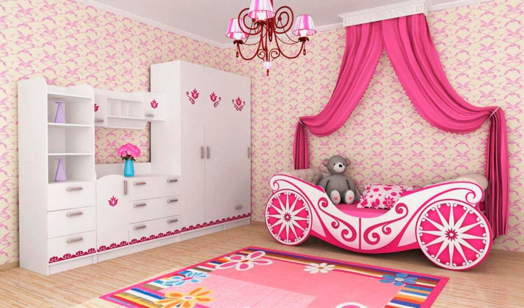 Кровать в виде кареты украшенная балдахином