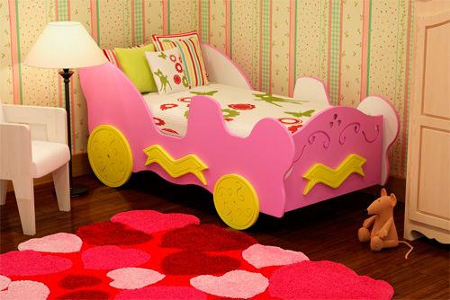 Маленькая детская кроватка для девочек в виде машинки