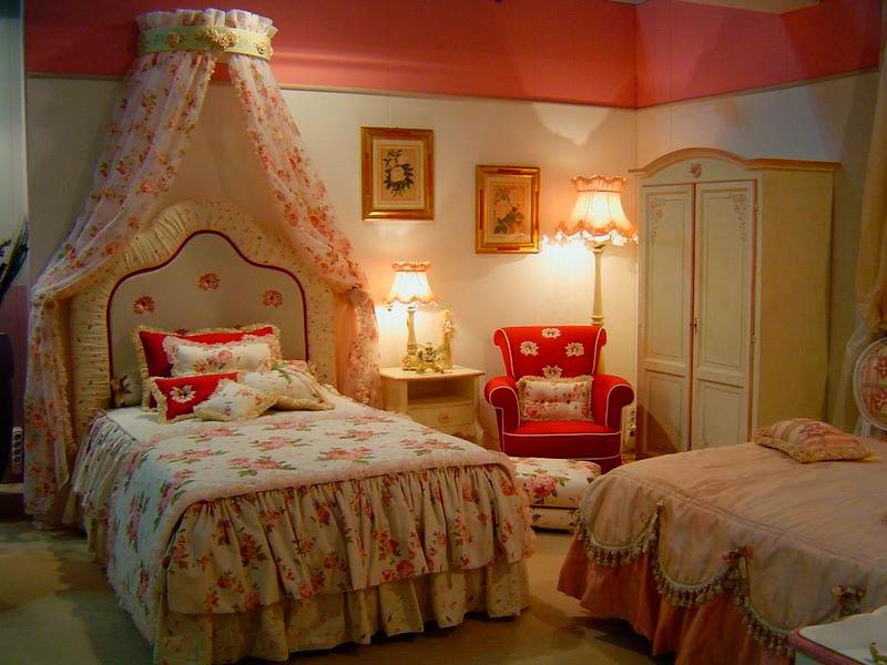 Балдахин над кроватью в интерьере комнаты девушки
