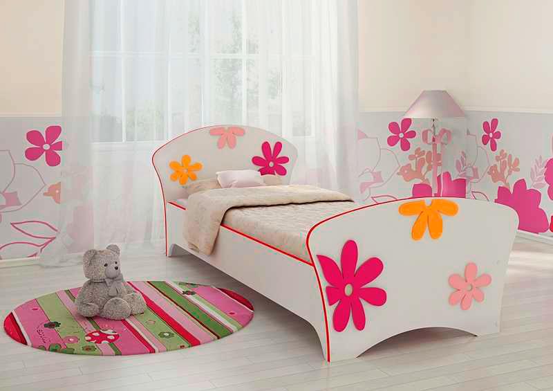 Кровать для девочки украшенная рисунком в виде цветов