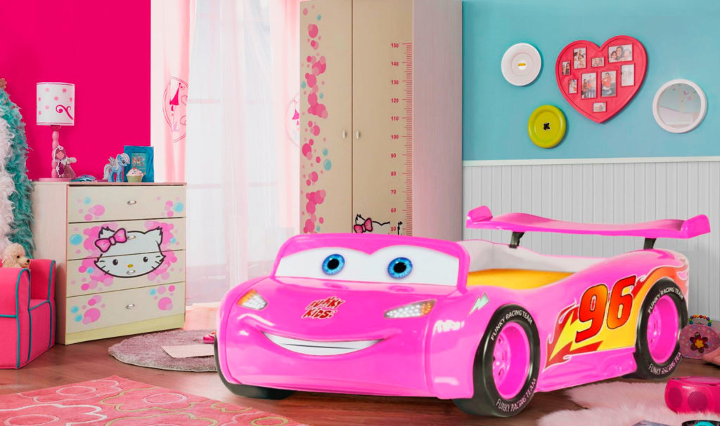 Фото детской комнаты девочки с розовой кроватью в виде машины