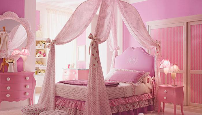 Кровать с балдахином в спальне девочки подростка