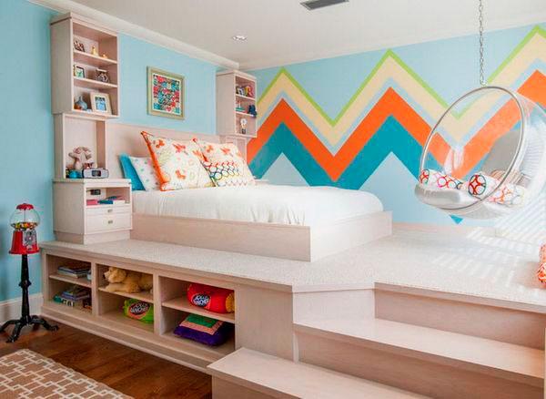 Кровать расположенная на подиуме в комнате девочки подростка