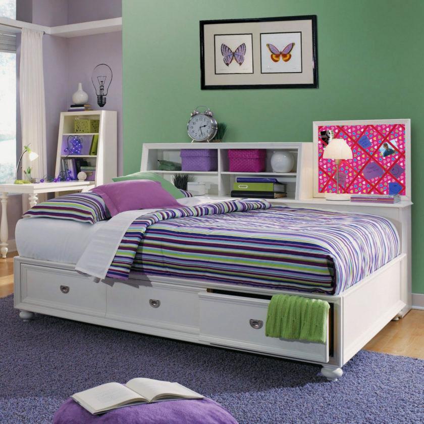 Кровать с полочками и выдвижными ящиками в спальной комнате девочки подростка