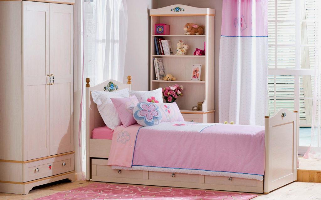 Односпальная кровать в интерьере комнаты девушки подростка