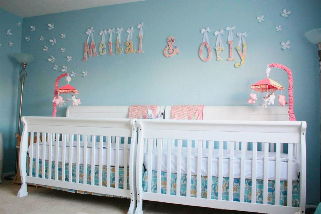 Две кровати для новорожденных двойняшек рядом друг с другом
