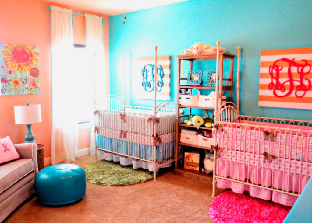 Две детские кроватки для младенцев в одной комнате