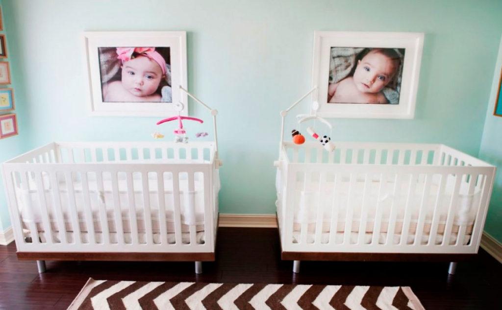 Интерьер детской комнаты новорожденных двойняшек с раздельными кроватями