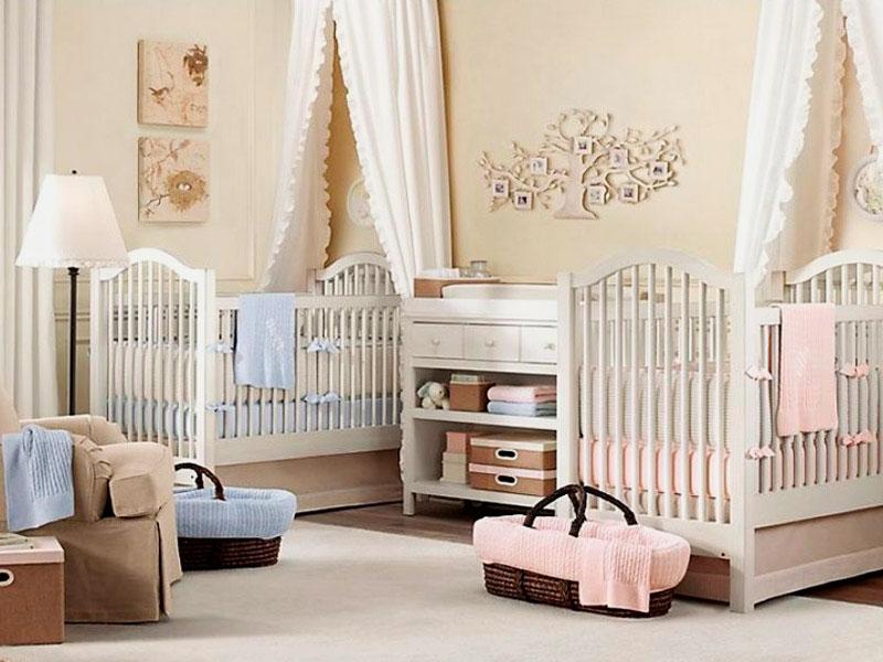 Две кроватки с балдахином для младенцев в интерьере детской комнаты