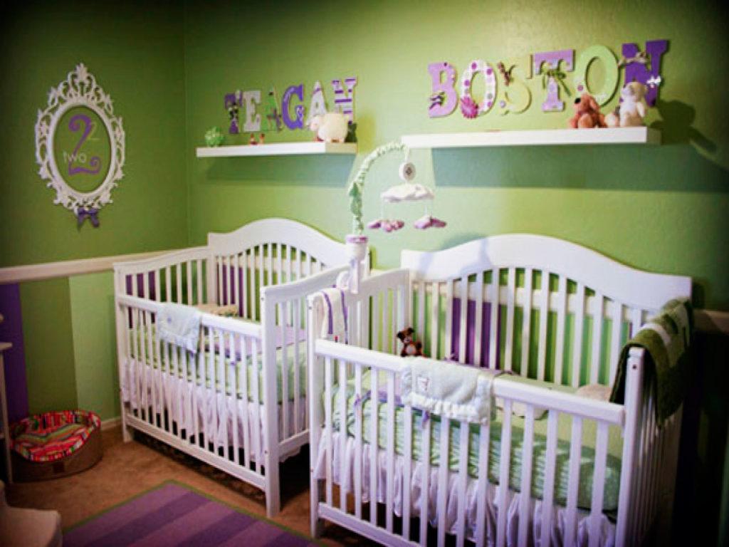 Две детские кроватки для новорожденной двойни в одной комнате