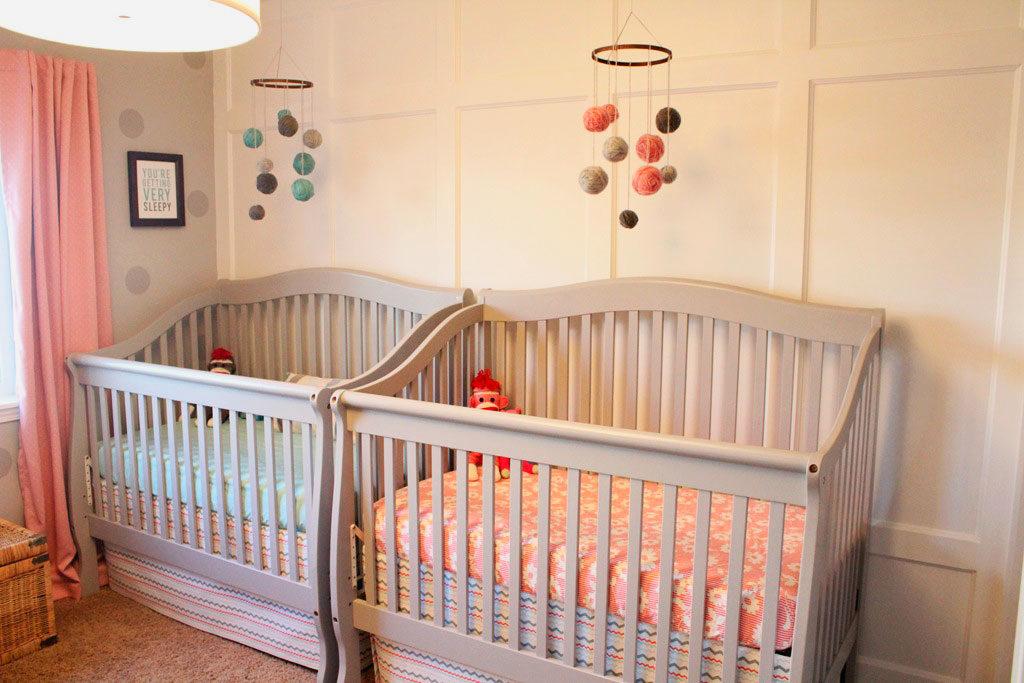 Две кроватки для новорожденных в одной комнате