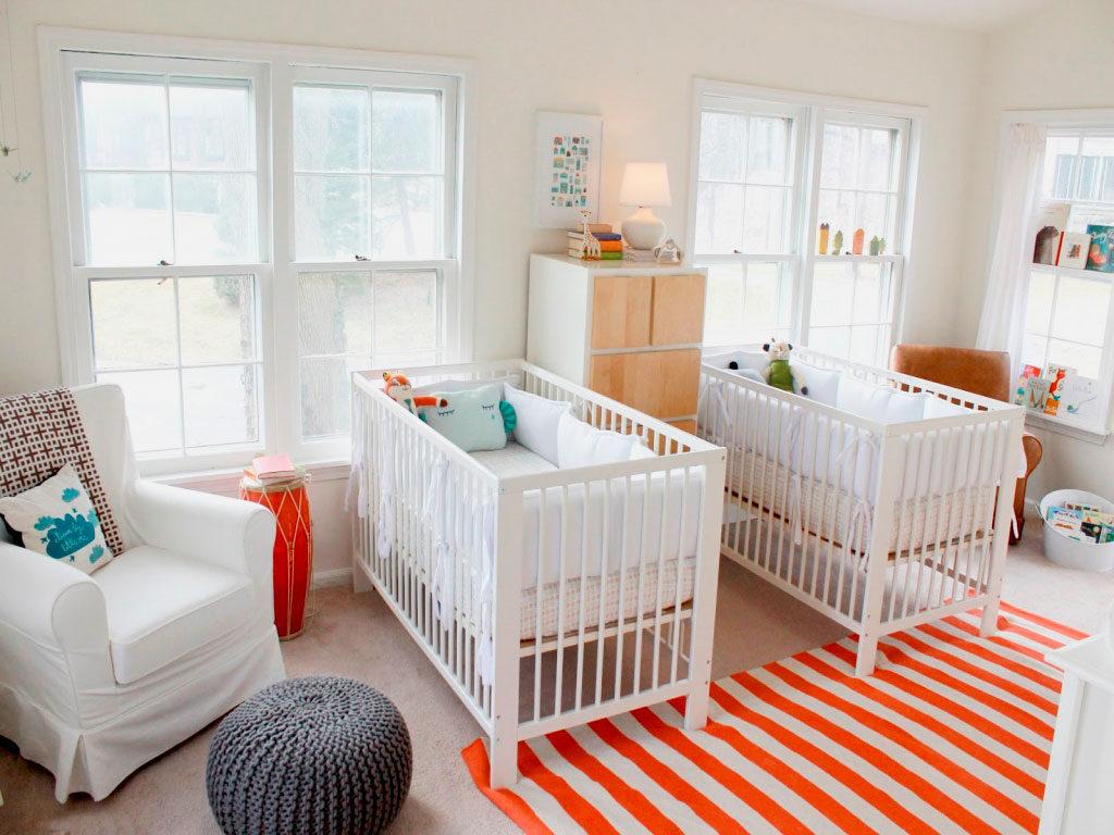 Две кроватки для новорожденных детей в одной комнате