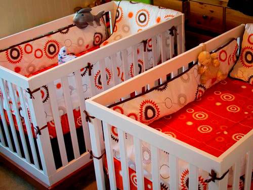 Две детские кроватки для младенцев с мягкими накладками на бортиках