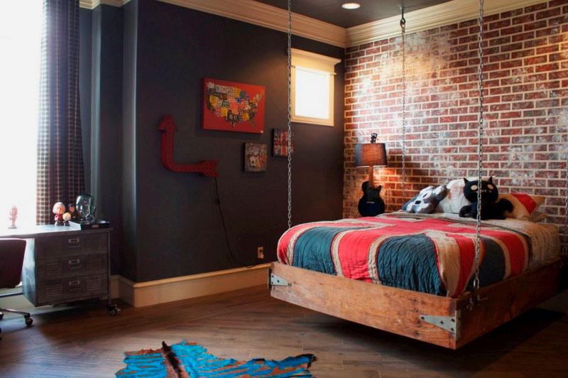 Подвесная кровать с деревянным каркасом в комнате подростка