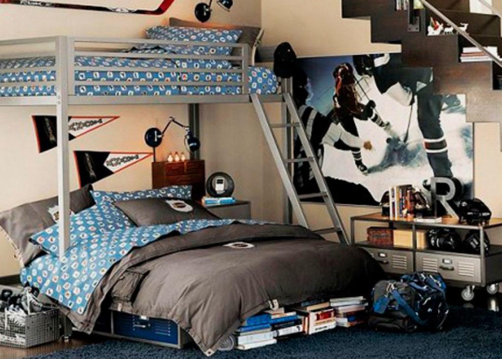 Двухъярусная кровать с металлическим каркасом в комнате мальчиков подростков