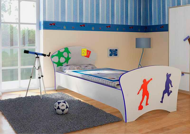Комната подростка с классической кроватью в интерьере