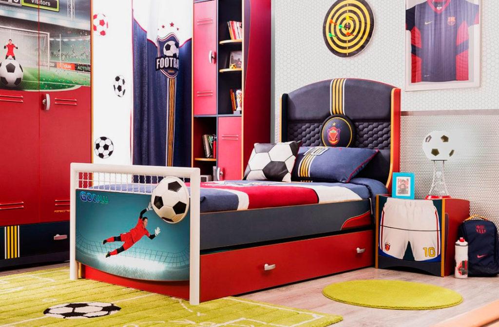 Интерьер комнаты мальчика в футбольном стиле с кроватью