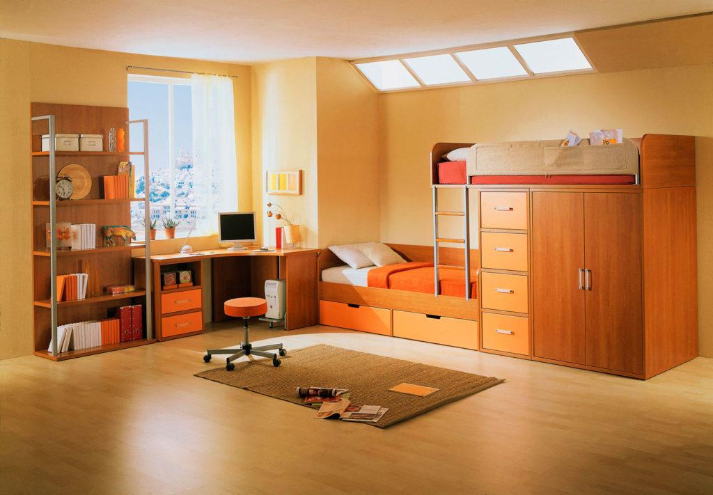 Интерьер детской комнаты с двухъярусной кроватью оснащенной системой хранения