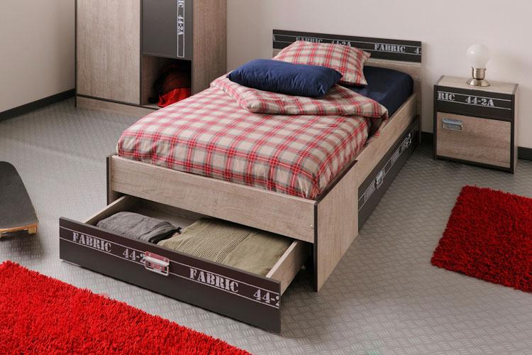 Кровать для мальчика с выдвижным ящиком для белья в изножье
