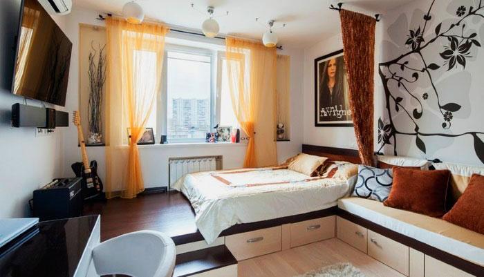 Кровать на подиуме у окна