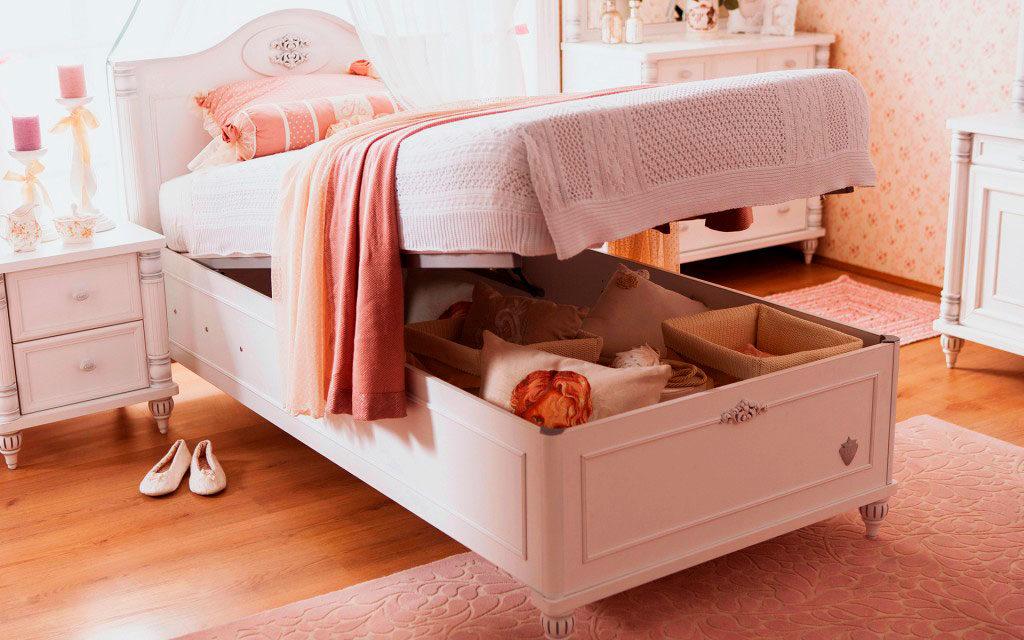 Кровать в комнате девочки-подростка с подъёмным основанием