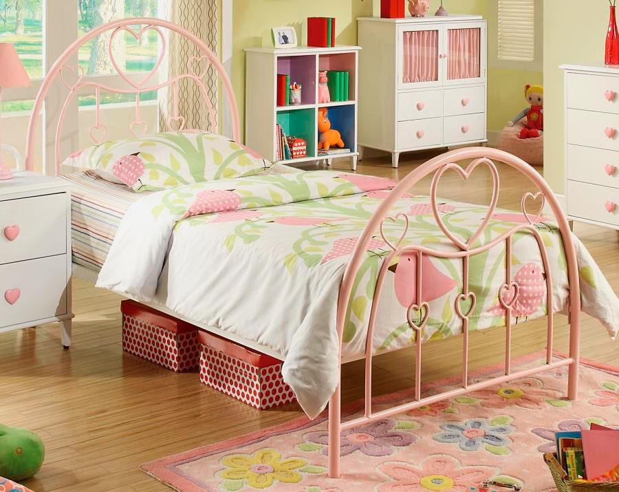 Металлическая кровать в комнате девочки подростка