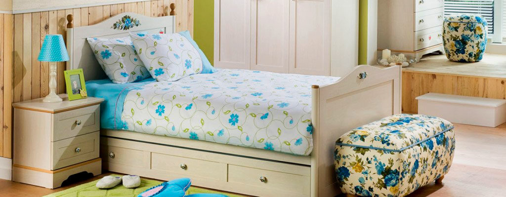 Кровать с изголовьем и изножьем и выдвижными ящиками внизу