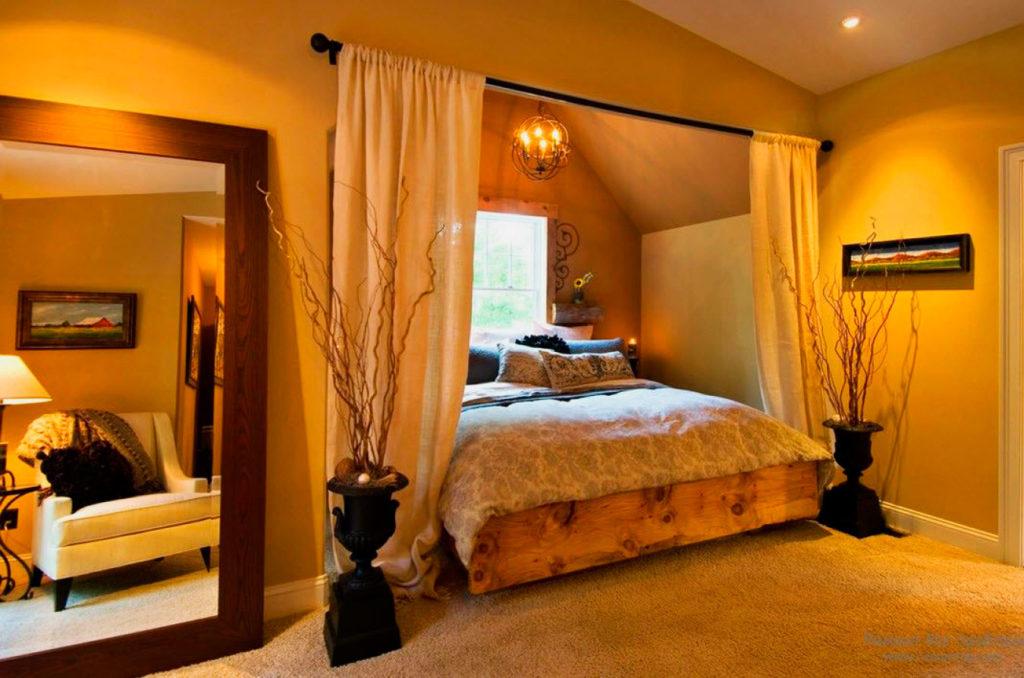 Деревянная кровать классической конструкции расположенная в эркерном выступе у окна