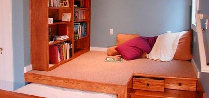 Подиум с выдвижной кроватью установленный в нише комнаты