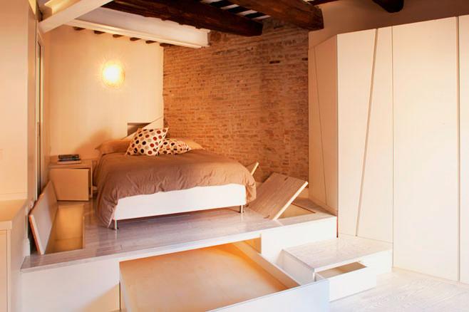 Кровать на подиуме расположенном в алькове
