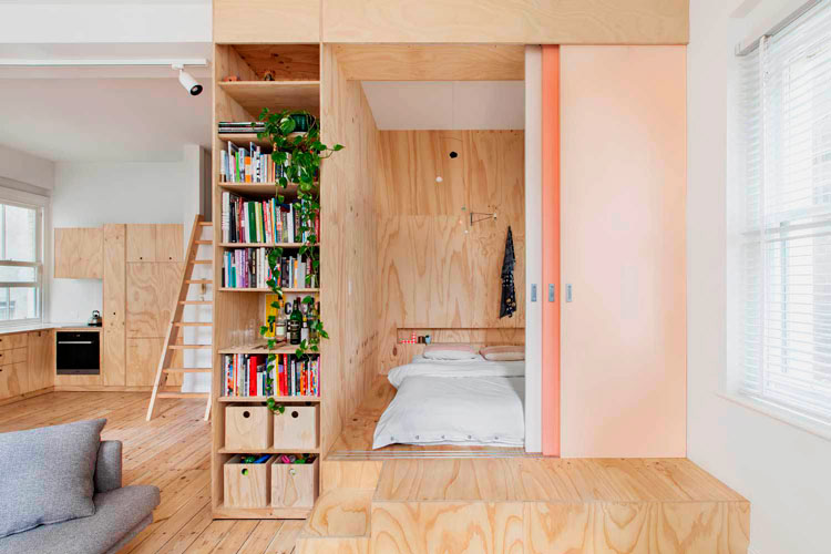 Кровать-подиум расположенная в нише в шкафу