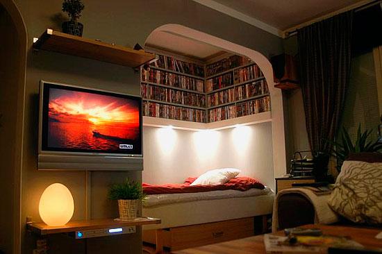 Интерьер комнаты с альковом с кроватью