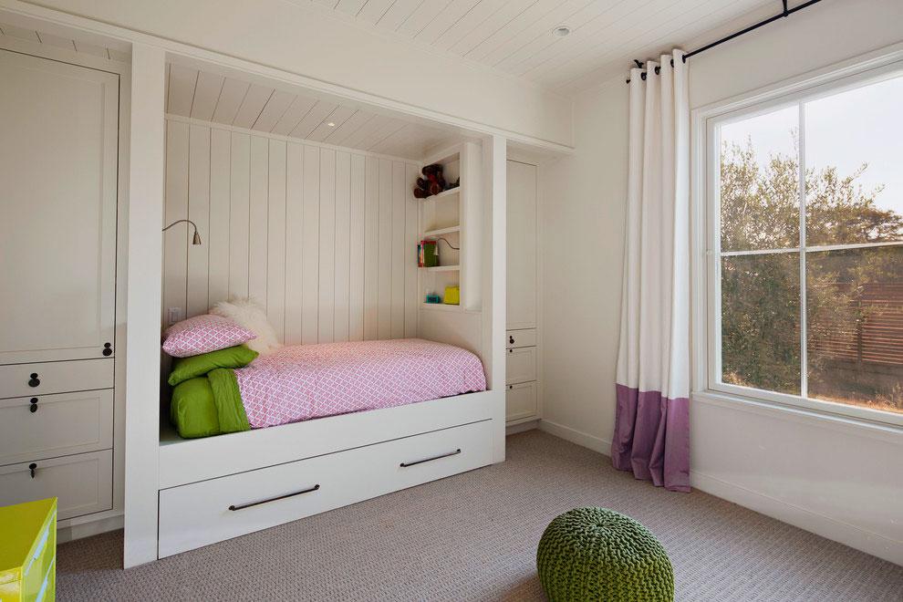 Интерьер спальной комнаты со встроенной в нишу кроватью