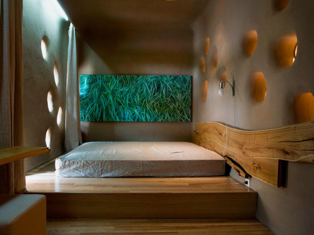 Кровать-подиум расположенная в нише