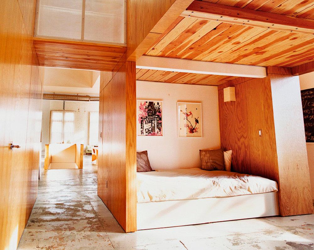 Интерьер комнаты с двуспальной кроватью расположенной в нише